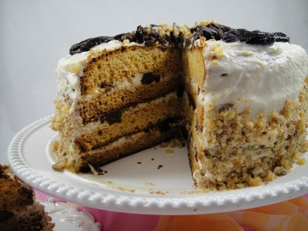 Зато торт получается таким мягким, что его можно есть одними губами.
