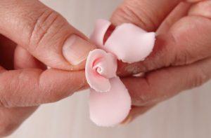 роза из мастики-шаг 7