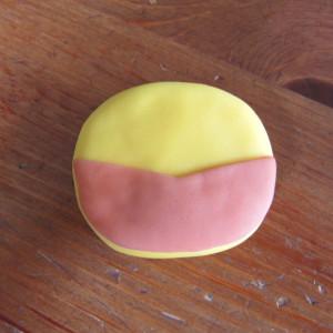 Как украсить торт для мальчика – фигуркой Росомахи!-шаг 1