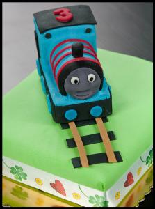 Торт для мальчика Паровозик Томас – мастер-класс-шаг 7