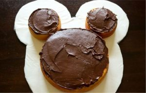 Детский торт Мишка – украшение кремом-шаг 2