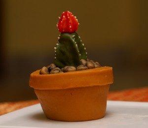 Как необычно украсить торт – кактус из мастики: мастер-класс-шаг 6